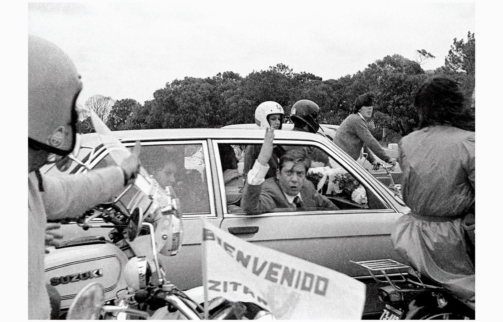 Llegada del exilio de Alfredo Zitarrosa. Desde el Aeropuerto de Carrasco por la rambla hasta AEBU, donde realizó una conferencia de prensa, 31 de marzo de 1984