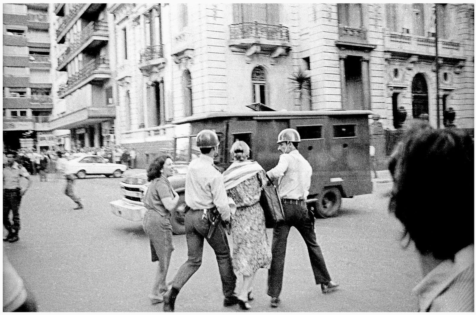 Manifestación frente al edificio de la Suprema Corte de Justicia reclamando la liberación de Wilson Ferreira, Plaza Cagancha, Montevideo, 14 de noviembre de 1984